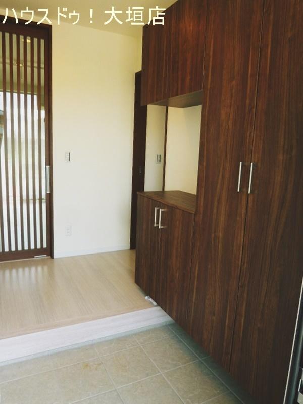 玄関に繋がるオシャレな格子扉。リビングからの光が廊下を明るくします。