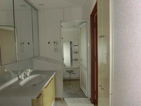 廊下側から洗面所→浴室です 左手側に洗濯機置き場があり、 キッチンとの家事導線も良好です