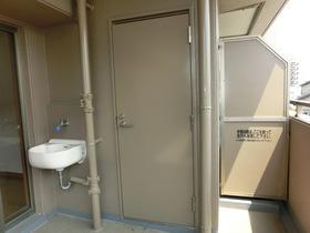 南面の広いバルコニーにはトランクルームと深型シンクがあり。 グリーンの手入れやペットのお世話に便利です!