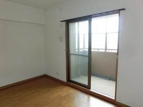 玄関右手の7帖洋室です。 こちらのバルコニーは目隠しの囲いがあります。 風通し良好ですよ♪