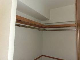 7帖洋室のWICクローゼットです。 容量たっぷりありますし、 浴室のそばにありますので使い勝手良いですよ!