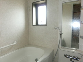 浴室に窓あります。 リフォーム前の写真ですが、 換気・採光は良好です♪