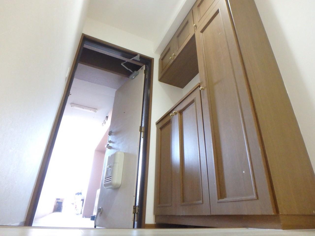 さて、室内は・・・。 玄関には天井まで届く大きな収納があります。 靴の多いご家庭でも安心ですね。