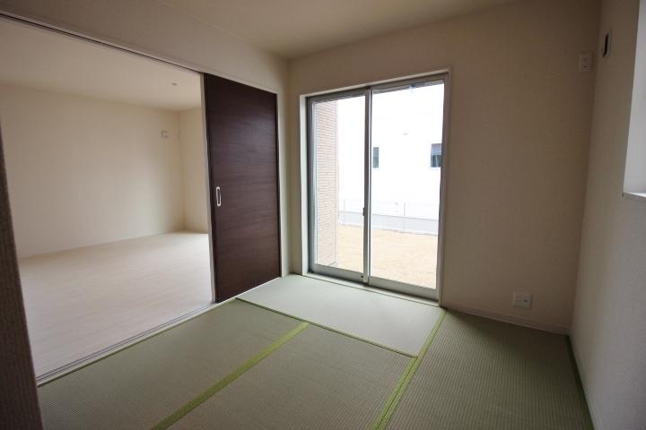 リビングに隣接した和室は、リビングの延長としても使える間取りです。