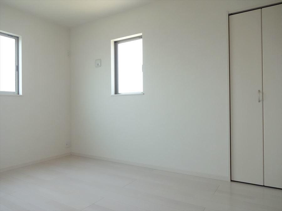 2面採光の明るい洋室です。