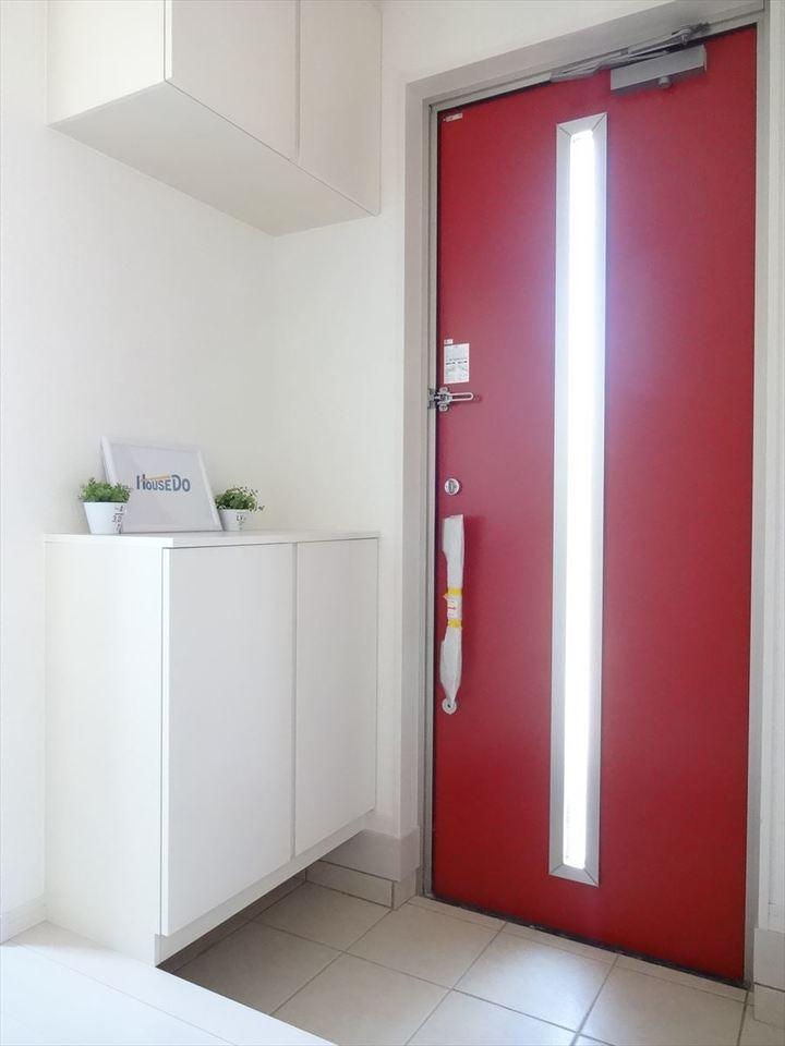 赤の玄関ドアがお洒落で印象的な玄関です。