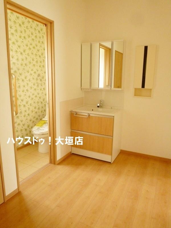 2階ホールにも洗面台が。お休み前の歯磨きに便利です。