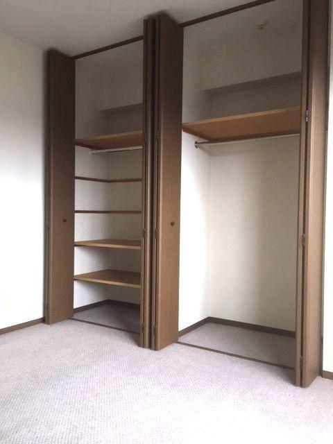 壁一面に大容量の収納スペースを設置。