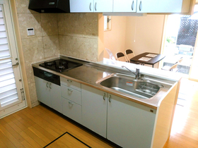 ◆小倉南区中曽根 庭付き一戸建て♪ コンロを新品交換したシステムキッチンは収納充実♪リビングで遊ぶお子様の様子を見ながらお料理出来ます♪
