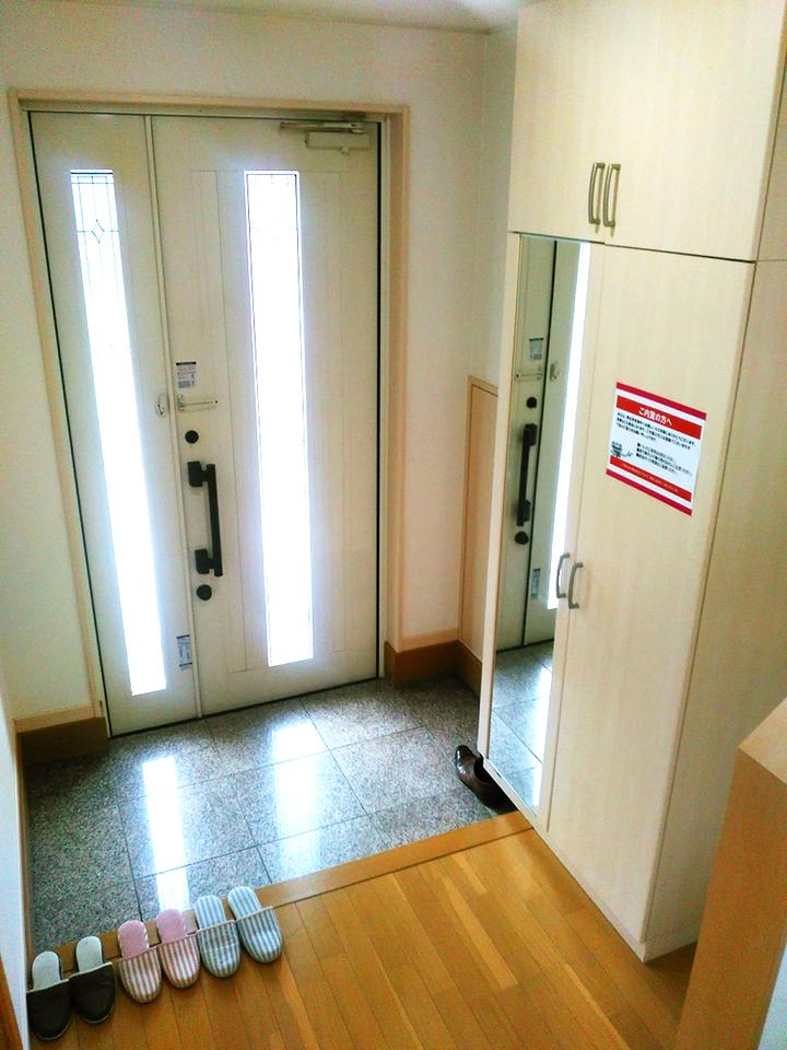 ◆小倉南区中曽根 庭付き一戸建て♪ 姿見鏡付きのシューズボックス付きの玄関です♪ダブルロックドアでセキュリティも安心♪