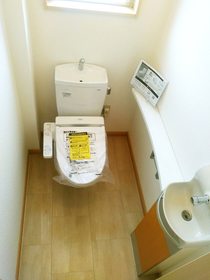 ◆小倉南区中曽根 庭付き一戸建て♪ 1階の洗面台付きのトイレです♪トイレ掃除も効率的に出来ますね♪