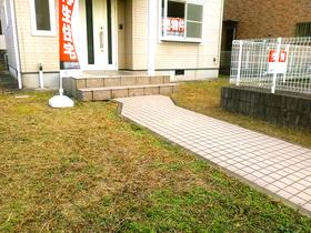 ◆小倉南区中曽根 庭付き一戸建て♪オシャレな玄関アプローチです♪庭も広いのでガーデニングも楽しめますよ♪