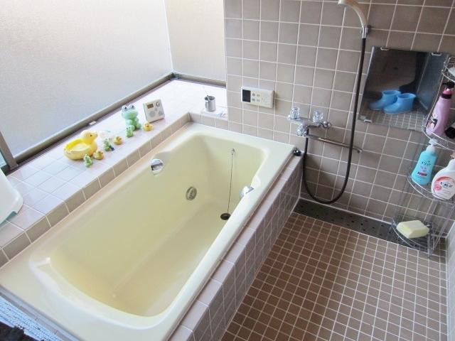 コーナー出窓で明るい浴室