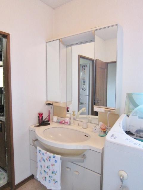 便利な三面鏡の洗面台