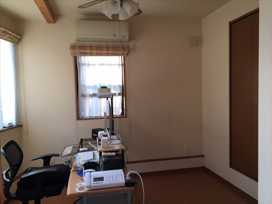 3つの窓がおしゃれな増築部分のお部屋です。収納も完備されています。