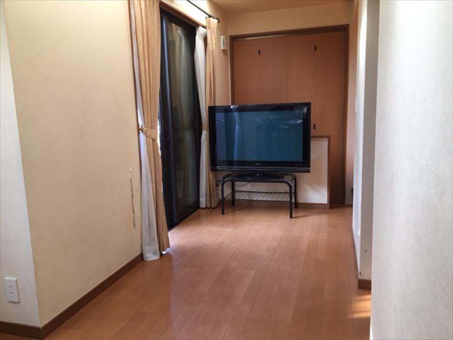 1階洋室6.5帖の洋室です。こちらのお部屋も窓が多く配置されています。