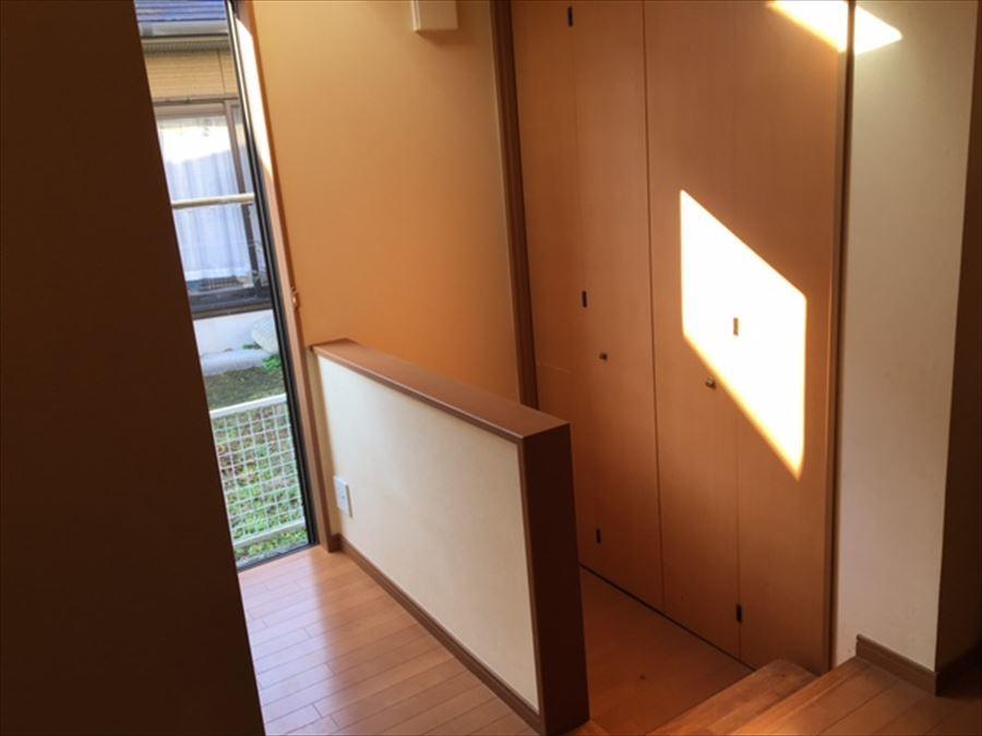 右側の扉からは、ダウンフロアになった1階7帖の洋室に入ることができます。