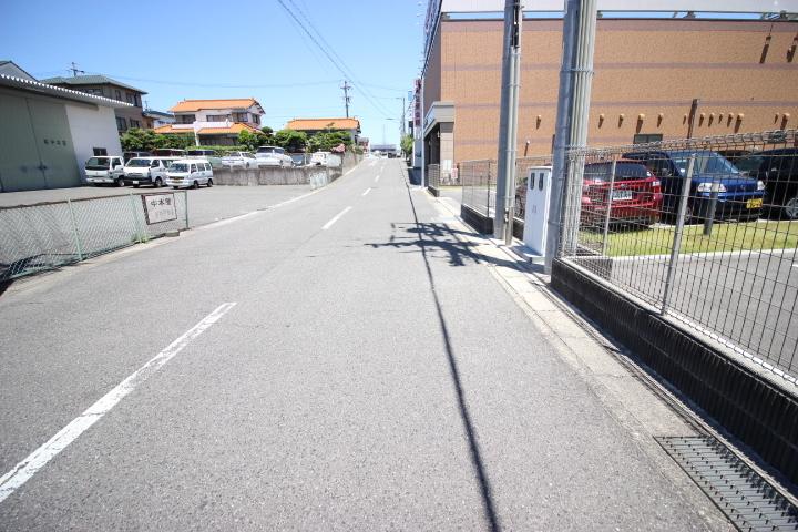 駅まで平坦な道のりです 駅まで約徒歩3分