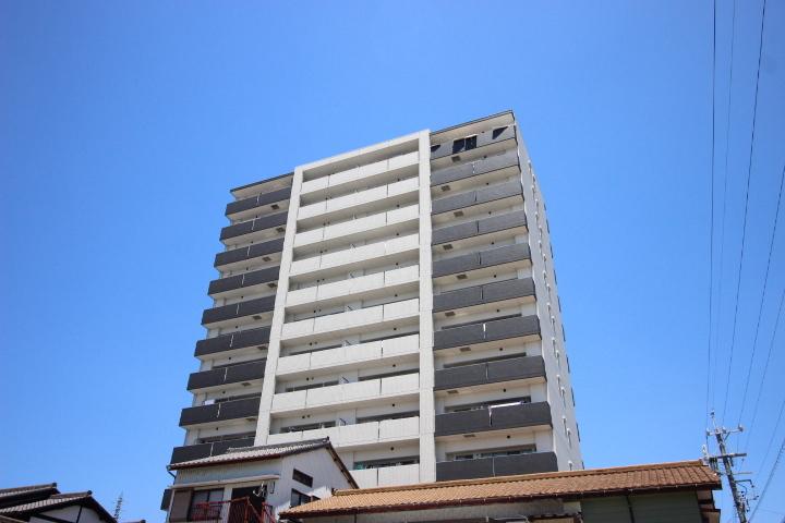 【外観写真】 シャープなデザインが印象的な洗練の地上13階のマンション。