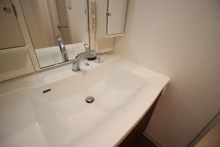 白を基調とした清潔感溢れる洗面所です