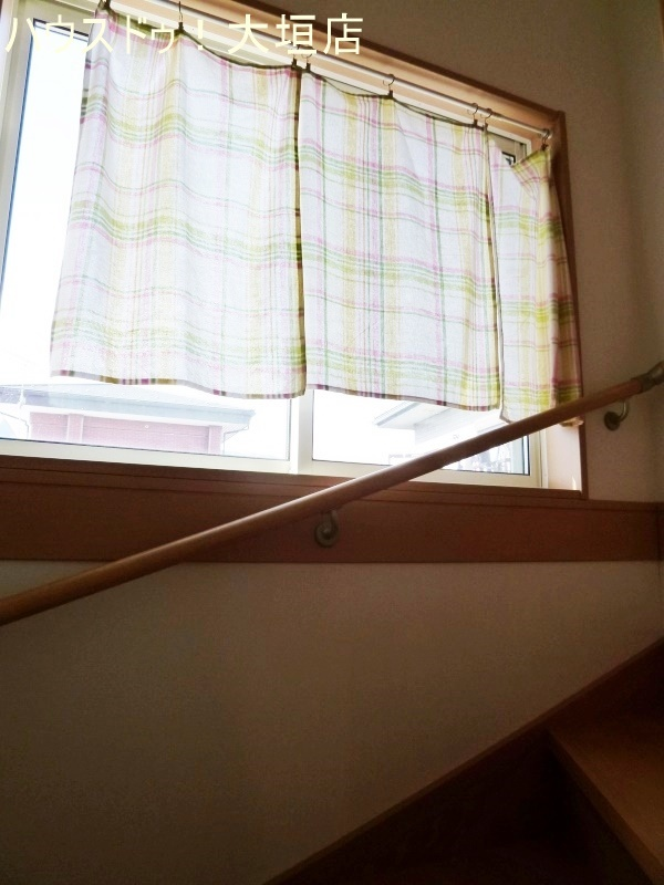 窓から光が差し込む明るい階段。