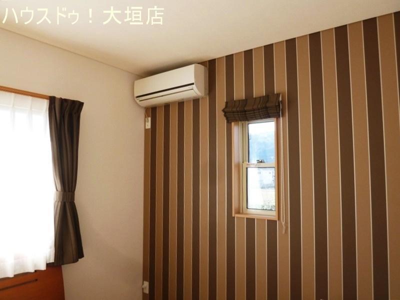 主寝室はシックな雰囲気。