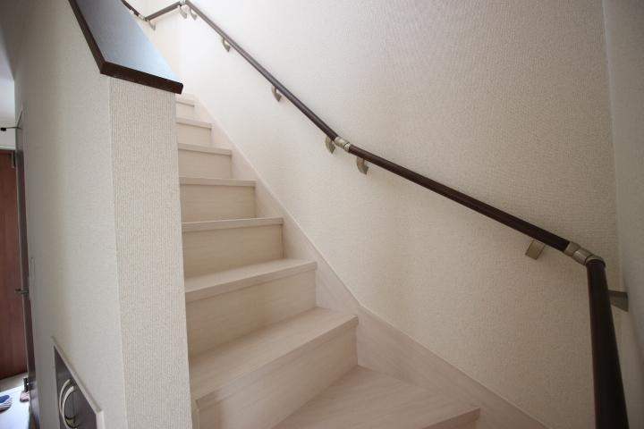 手すり付の階段などで、お子様にもお年寄りにも安全です。