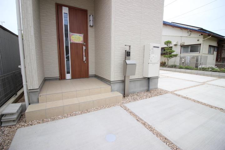 木目調のドアが特徴の玄関です。