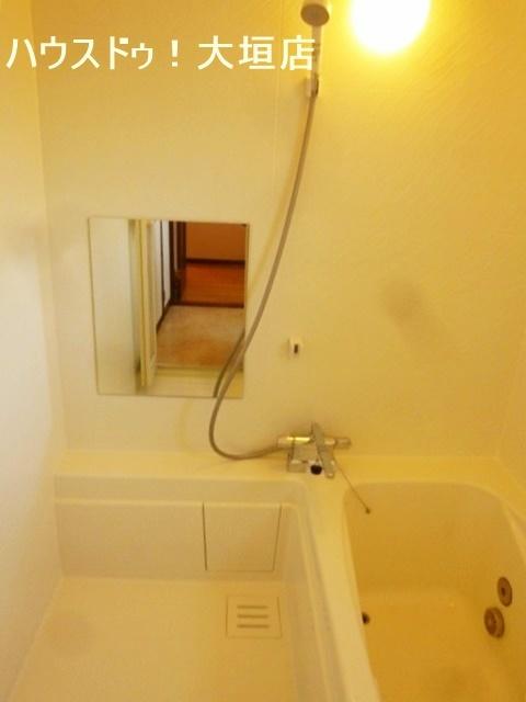 浴室には窓がついています。 湿気が溜まりやすい浴室の換気もバッチリ!
