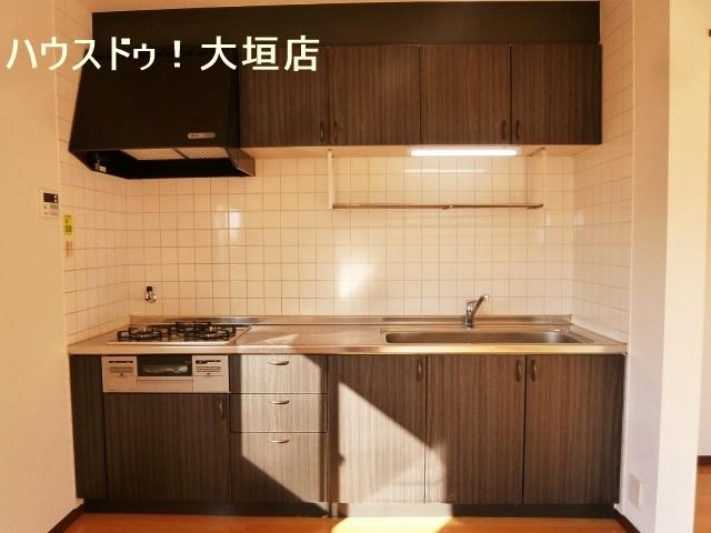 清潔感のある白いタイルのキッチン。