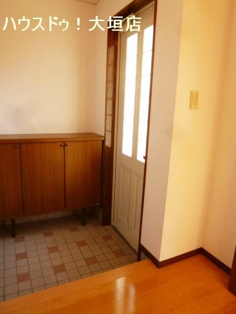 玄関ドアは白を基調としたシンプルスタイル
