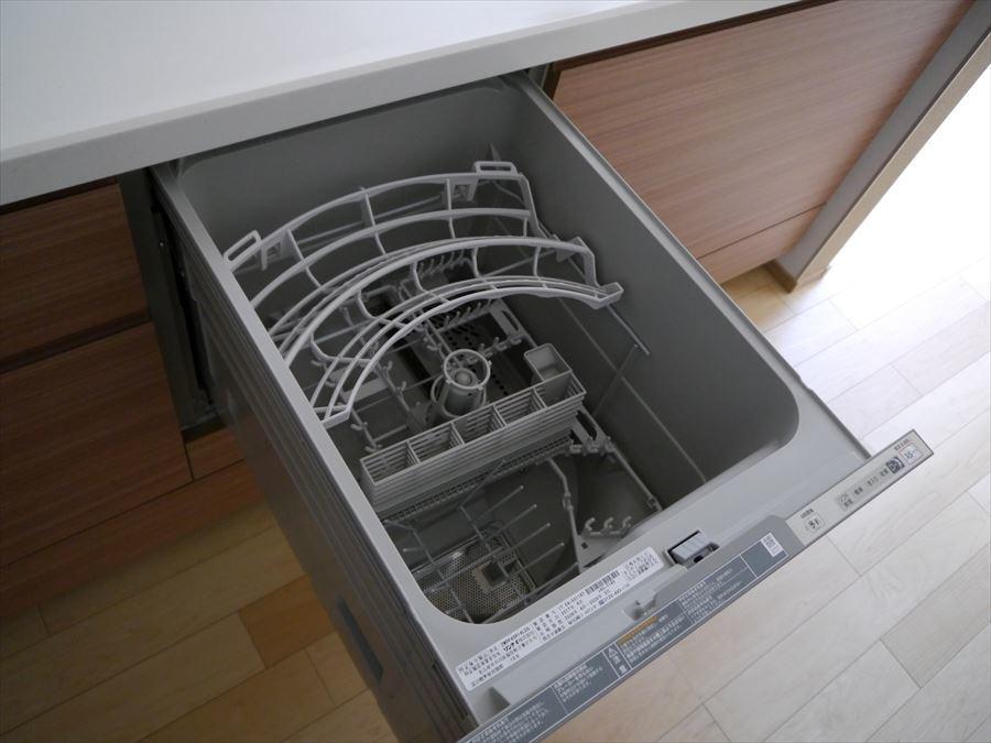 キッチンには女性に嬉しい食洗機付きです!家事の時間を少しでも短縮して寛げる時間を・・・