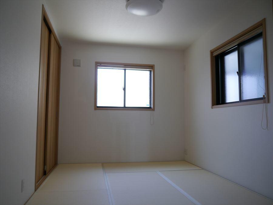 リビングに隣接している6帖の和室は、お客様をおもてなししたり、リビングからも目が届くので、お子様のお昼寝スペースにぴったりです♪
