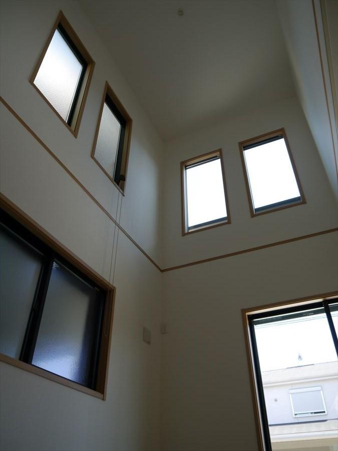 吹抜けのある設計で、窓からたくさんの光が注ぎ込みます!