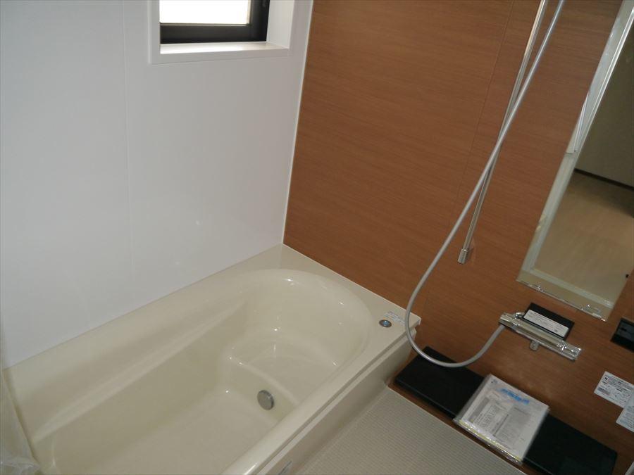 小窓の付いた浴室で、換気ができ、清潔感を保てます!
