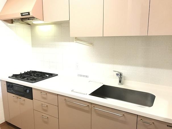 淡いピンクが心地よいキッチンは、収納力が魅力!!ごちゃごちゃしがちで物が増えやすいキッチンも、すっきり・きれいに使えます。