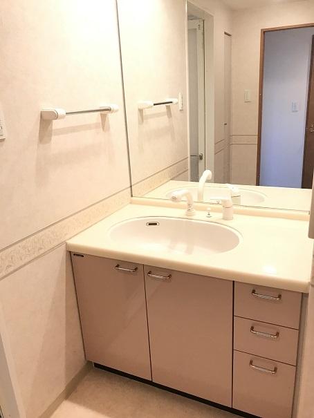 壁紙との統一感がある洗面台は、大きな鏡で使いやすい!!タオル掛けが高めの位置にあるので、洗面台をきれいに使えます♪