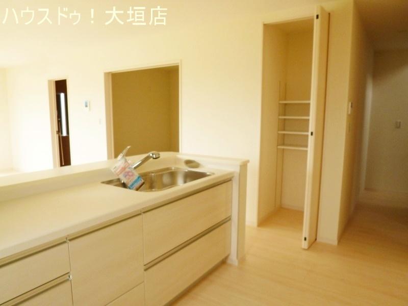 キッチン横にも収納付きでいつもスッキリ整頓できますね。