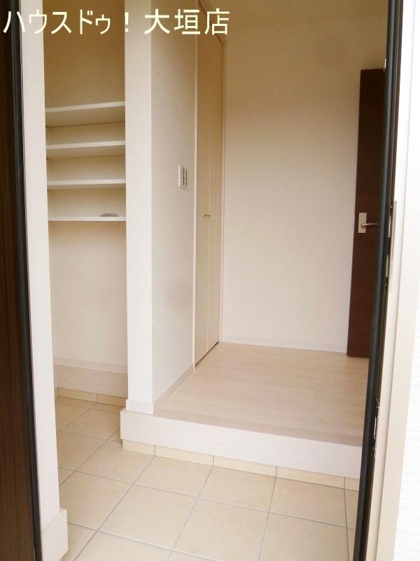 玄関横のSIC、靴の他、ベビーカー等の収納も可能です。
