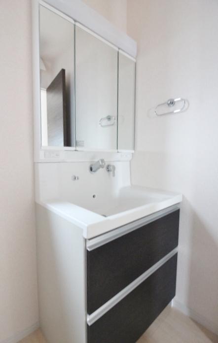 シャンプードレッサー 洗髪もできる幅750mmの洗面化粧台。 機能的でお手入れがしやすい一体型ボウル三面鏡の内側は収納になっています。 リーブルガーデン同仕様写真