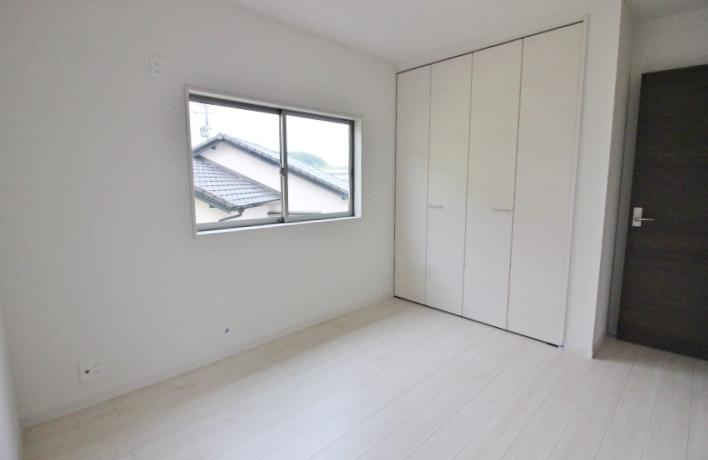 2階8帖の洋室は南向きのバルコニーに面し、主寝室に最適です。