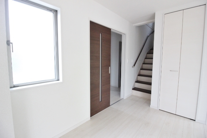 自然と家族がリビングに集まるリビング階段の間取り。リビングにも収納があり、物が多くなりがちなリビングもすっきり!
