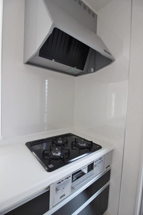 システムキッチン・ガスコンロ 3口ガスコンロは、全てに温度センサーもついているので安心 シロッコファンのレンジフードは静音仕様です。 リーブルガーデン同仕様写真