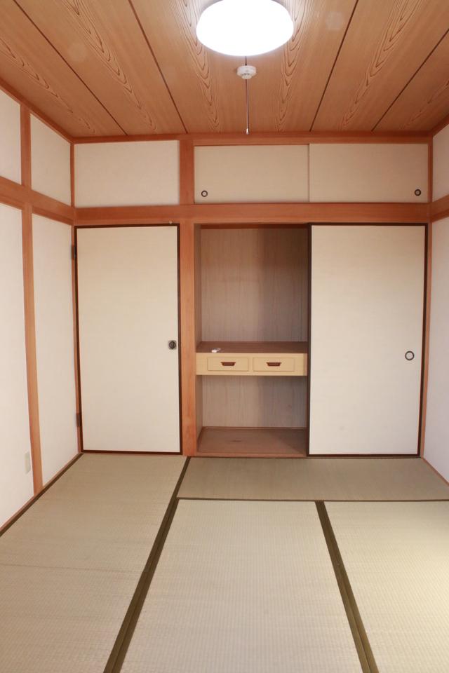 2階、南東和室の収納 上下の間仕切り棚には引出が付いています