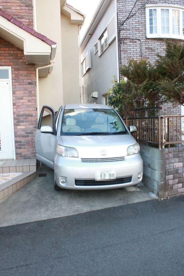 普通車(小さめ)を助手席側に寄せて停めてみました 駐車場は少し狭めです