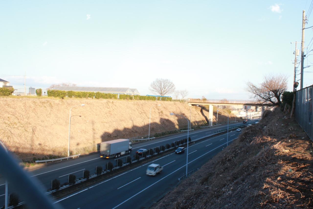 前面道路の北側には下に中央自動車道が走っています