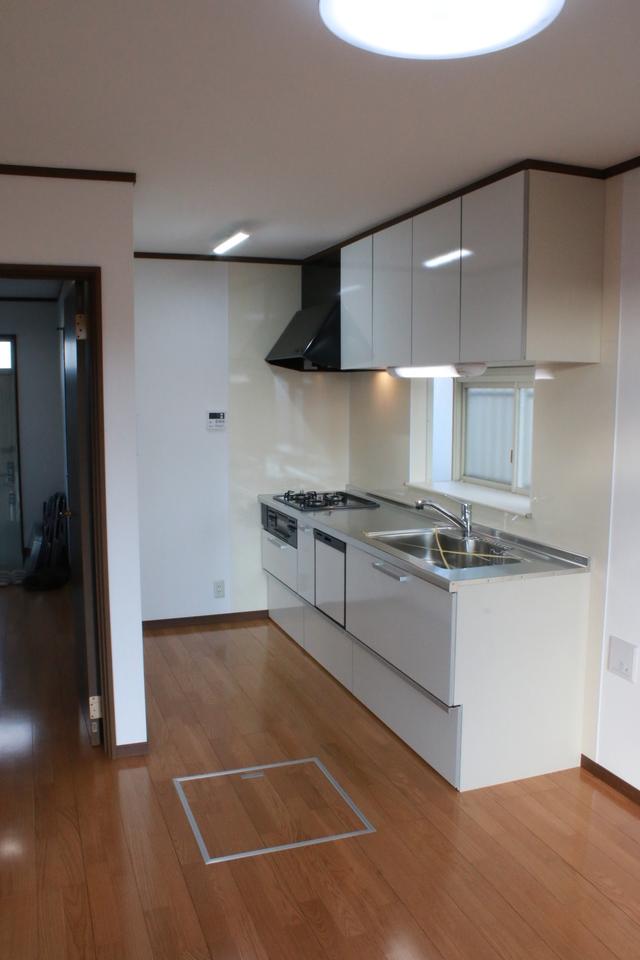 清潔感溢れる白い新しいキッチン