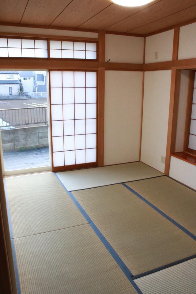 リビング隣の和室。南側の窓の外はリビング同様畑です。