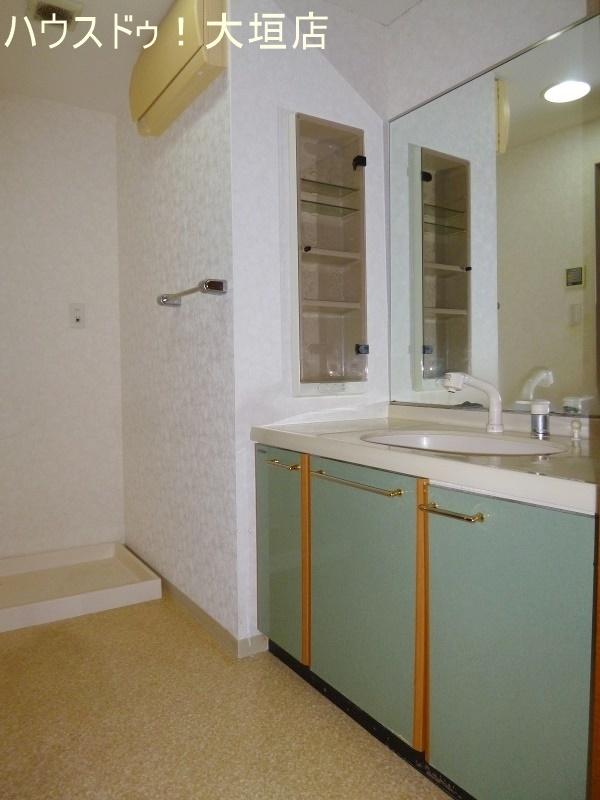 壁一面の鏡付き洗面台なので、見やすく便利です。