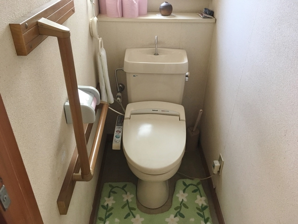 温水洗浄便座です。 手すりがありますので、快適にご利用頂けます。